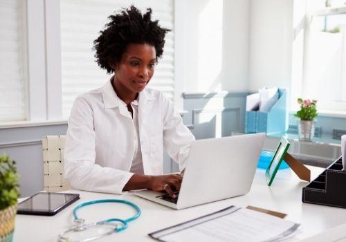 Lernplattform für das Gesundheitswesen: Pflichtschulungen mit E-Learning in der Pflege automatisieren